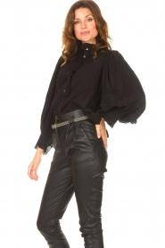 Antik Batik   Gestreepte blouse met pofmouwen Yvette   zwart    Afbeelding 5