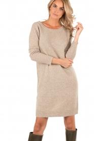 Knit-ted | Gebreide jurk Roos | sand  | Afbeelding 2