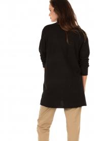 Knit-ted | Fijngebreid vest Alicia | zwart  | Afbeelding 5