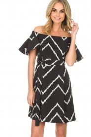 AnnaRita N | Off-shoulder jurk Celia | zwart   | Afbeelding 2