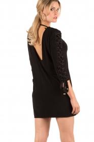 ELISABETTA FRANCHI | Lace-up jurk Carina | zwart  | Afbeelding 4