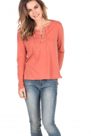 Leon & Harper | Lace-up top Manche | terracotta  | Afbeelding 2