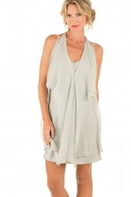 Hoss Intropia | Zijden jurk Romee | lichtgrijs  | Afbeelding 2