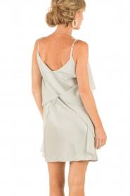 Hoss Intropia | Zijden jurk Romee | lichtgrijs  | Afbeelding 5