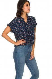Knit-ted |  Blouse with floral print Gina | blue  | Picture 4