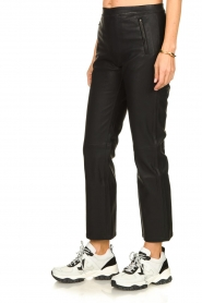 Knit-ted |   Pants with leather look Alix | black  | Picture 4