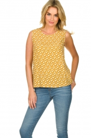 Knit-ted |  Sleeveless top with print Rose | gold  | Picture 2