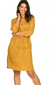Knit-ted |  Linen dress Katja | gold  | Picture 5