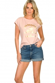Sofie Schnoor |  T-shirt with print Nikoline | pink  | Picture 2
