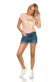Sofie Schnoor |  T-shirt with print Nikoline | pink  | Picture 3