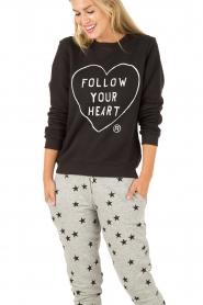 Zoe Karssen | Sweater Follow Your Heart | zwart  | Afbeelding 2