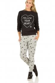 Zoe Karssen | Sweater Follow Your Heart | zwart  | Afbeelding 3