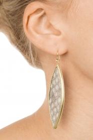 Close to Zen | 22kt vergulden oorbellen Snake | slagenleer grijs  | Afbeelding 3