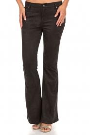 NIKKIE | Suéde look flare broek Leyla | zwart  | Afbeelding 2