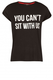 NIKKIE | T-shirt Can't Sit With Us | zwart  | Afbeelding 1