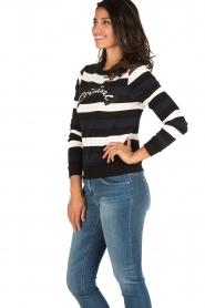 NIKKIE | Gestreept sweater Criminal | blauw/wit/zwart  | Afbeelding 3