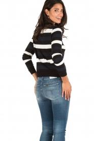 NIKKIE | Gestreept sweater Criminal | blauw/wit/zwart | Afbeelding 4