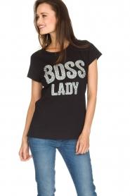 NIKKIE | T-shirt Boss Lady | zwart  | Afbeelding 2