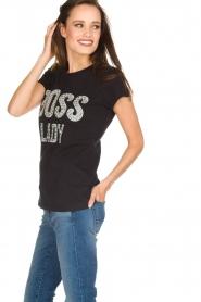 NIKKIE | T-shirt Boss Lady | zwart  | Afbeelding 4