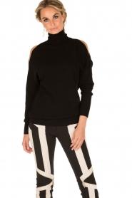 ELISABETTA FRANCHI | Gebreide open shoulder trui Winnie | zwart  | Afbeelding 2