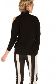 ELISABETTA FRANCHI | Gebreide open shoulder trui Winnie | zwart  | Afbeelding 5