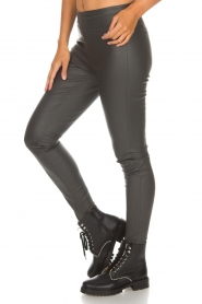 Knit-ted |  Faux leather leggings Amber | grey  | Picture 4
