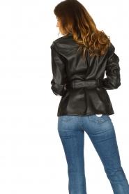Aaiko | Faux leather blouse met ceintuur Pamas | zwart  | Afbeelding 6