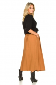 Knit-ted |  Maxi skirt with pockets Rosita | brown  | Picture 5