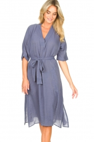 Knit-ted |  blauw | Midi dress with matching waistbelt Aileen | blue  | Picture 5