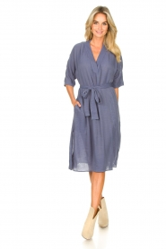 Knit-ted |  blauw | Midi dress with matching waistbelt Aileen | blue  | Picture 3