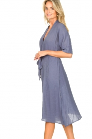 Knit-ted |  blauw | Midi dress with matching waistbelt Aileen | blue  | Picture 6