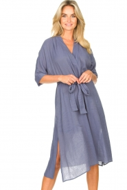 Knit-ted |  blauw | Midi dress with matching waistbelt Aileen | blue  | Picture 4