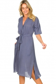 Knit-ted |  blauw | Midi dress with matching waistbelt Aileen | blue  | Picture 2