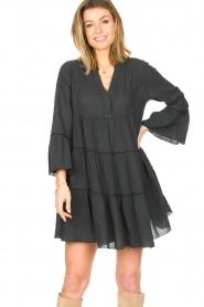 Devotion | Katoenen jurk met ruches Hague | donker grijs   | Afbeelding 2
