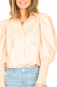 Sofie Schnoor |  Cotton blouse with puff sleeves Marie | pink  | Picture 7