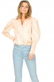 Sofie Schnoor |  Cotton blouse with puff sleeves Marie | pink  | Picture 4