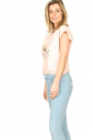 Sofie Schnoor |  Cotton T-shirt with print Nicoline | pink  | Picture 5