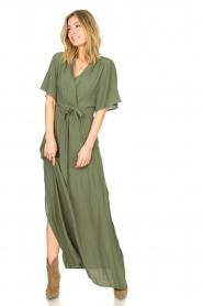 Silvian Heach |  Maxi dress with waist belt Remus | green  | Picture 4