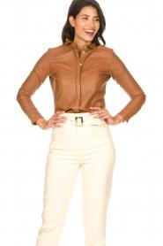 STUDIO AR BY ARMA | Lamsleren blouse Dita | camel   | Afbeelding 4
