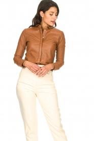 STUDIO AR BY ARMA | Lamsleren blouse Dita | camel   | Afbeelding 5