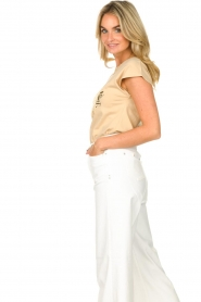 Sofie Schnoor |  T-shirt with golden imprint Sanne | beige  | Picture 6