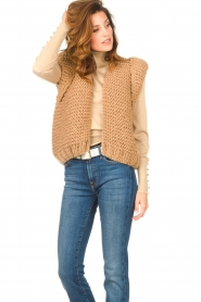 Kiro by Kim |  Knitted waistcoat Leanne | camel  | Picture 6
