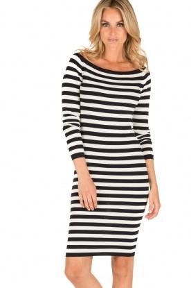 NIKKIE | Off-shoulder jurk Jolie | blauw/wit