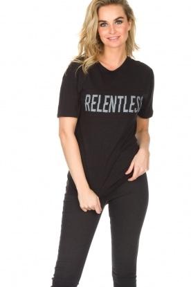 Zoe Karssen | T-shirt Relentless | zwart