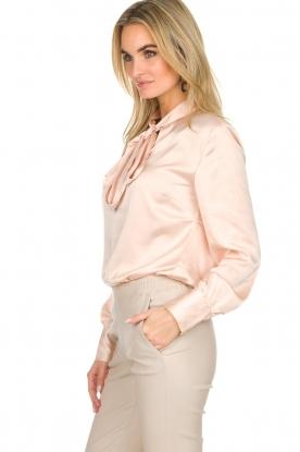 Dante 6   Satijnen blouse met strik Bluebell   nude