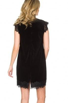 NIKKIE | Velvet jurk met kant Raya | zwart