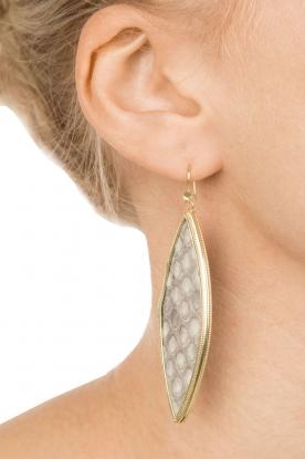 Close to Zen | 22kt vergulden oorbellen Snake | slagenleer grijs