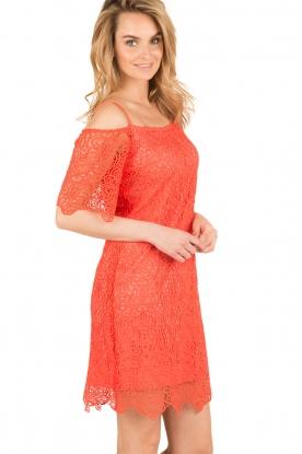 Ana Alcazar | Kanten off-shoulder jurk Flaris | koraal