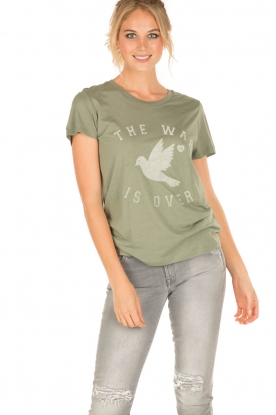 Zoe Karssen | T-shirt The War Is Over | groen