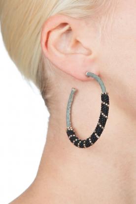 Tembi | Oorbellen met kralen Snake | zwart